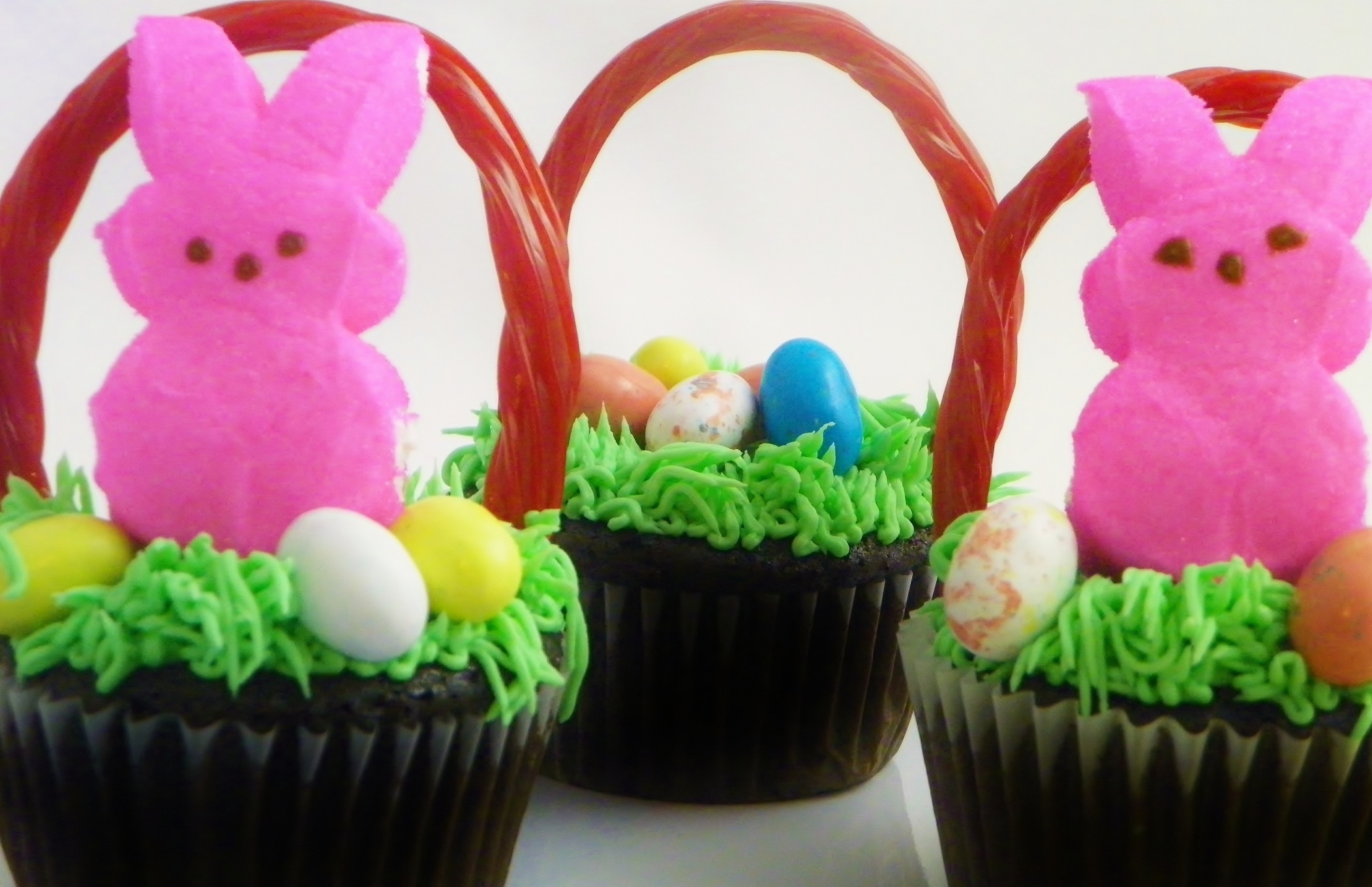 Fun easter basket cupcakes around my family table for Cute cupcake decorating ideas for easter