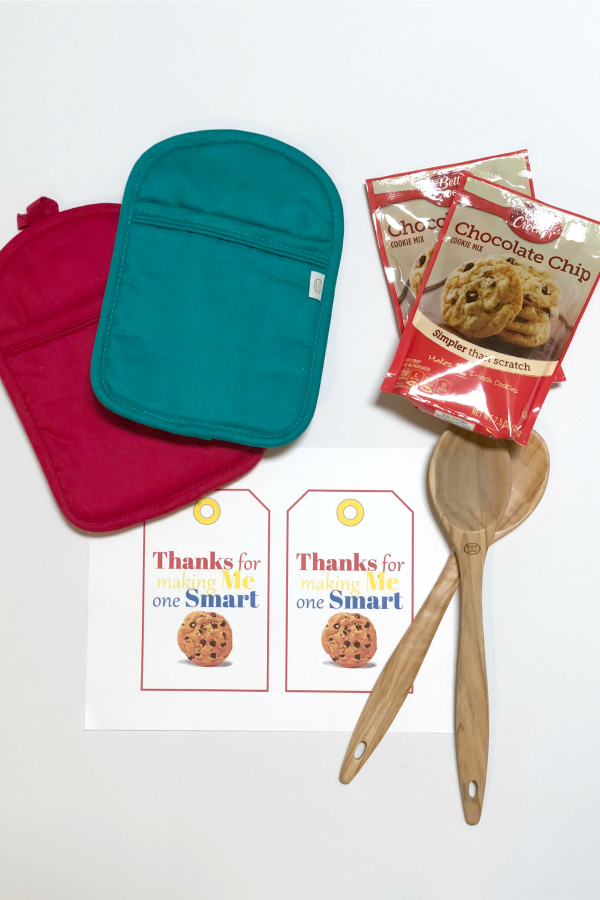 This simple One Smart Cookie Teacher Appreciation Gift and Printable is budget friendly and easy to put together during the busy end of school hussle.#teacherappreciation #teachergifts