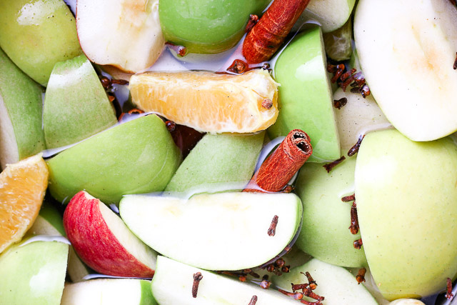 cut apples with cloves